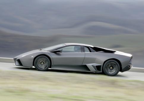 Dieses Luxusfahrzeug ist auf 22 Fahrzeuge limitiert und wurde 2007 auf der IAA in Frankfurt präsentiert. 21 davon sind bereits verkauft. Ein Exemplar kann man im Lamborghini Museum bewundern. Ein nettes Ausflusziel, an dem auch eine Escort Dame von EXCELLENT ESCORTS ihre Freude hätte.